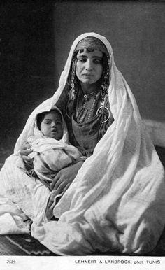 "Africa | ""Bédouine et son enfant"". Tunisia. Dated 1914. || Vintage postcard; publisher Lehnert & Landrock. No 2529"