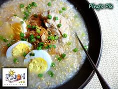 Filipino Arroz Caldo Recipe is usually served during breakfast or if somebody is sick at home and having a hard time to eat. Arroz Caldo is also one of the popular street food and can be found in several Tapsilogan and Karinderya in the Philippines. Arroz Caldo Filipino Recipe, Filipino Recipes, Asian Recipes, Filipino Food, Healthy Recipes, Pinoy Recipe, Philippines, Phillipines Food, Kitchens