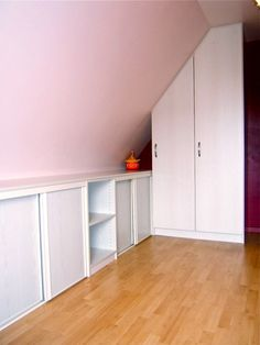 Agencement Cuisine : Placard sous pente sous combles, bois Placard sous pente sous combles, bois Sharing is caring, don't forget to share ! Attic Bedroom Storage, Upstairs Bedroom, Attic Rooms, Attic Spaces, Bedroom Decor, Closet Under Stairs, Home Helpers, No Closet Solutions, Loft Office