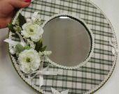 Specchio tondo rivestito in stoffa con fiori e fiocchi