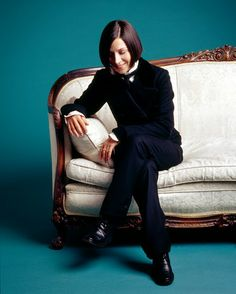 One of my very favorite authors, Donna Tartt, who recently won the Pulitzer Prize for Fiction for her novel The Goldfinch. Also, she has fantastic style. Tomboy Chic, Tomboy Fashion, Henley Royal Regatta, Women Wearing Ties, Fashion Over Fifty, Donna Tartt, Fanart, Writers And Poets, The Secret History