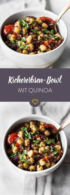 Super einfach und schnell gemacht - würziger Quinoa vereint sich mit Kichererbsen. Für Frische im Geschmack sorgen Kirschtomaten und Petersilie.