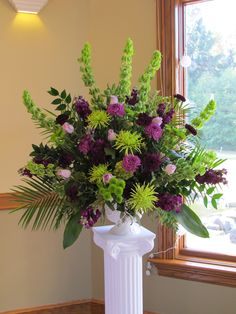 Another fan design that cannot fill in those gaps! I mean the arrangement look really nice it's just that people have to fill in those gaps between the line flowers. Just doing that will make the arrangement look so much better. Rosen Arrangements, Purple Flower Arrangements, Funeral Flower Arrangements, Wedding Arrangements, Floral Centerpieces, Wedding Centerpieces, Altar Flowers, Church Flowers, Funeral Flowers