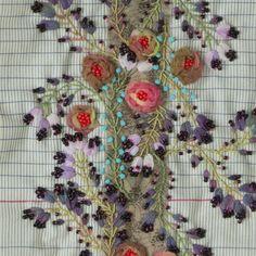 Vous aimez la guirlande de roses ? Vous souhaitez broder cette fin d'automne ? Voici ici le kit comprenant toutes les matières à broder. Avotre disposition gratuitement les explications détaillées à télécharger ci-dessous.