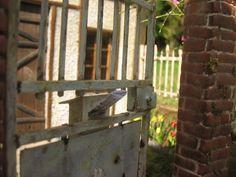 portail rouillé et boîte à lettres