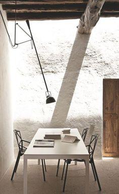 Zoom sur la salle à manger moderne avec mur en mi-pierres mi-blanc de chaux