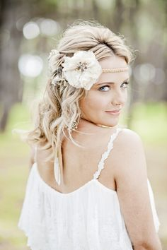 What do you imagine when you hear the words 'boho bride'? I think of a beautiful girl who is dressed in a relaxed way and looks like a nymph. This style is perfect for a beach or woodland wedding, if you want something light. Hippy Chic, Boho Chic, Boho Style, Corte Y Color, Wedding Fair, Wedding Bride, Dream Wedding, Floral Headpiece, Bohemian Bride