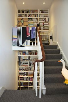 Bücherregale entlang Treppe via Design*Sponge Sneak Peek White Banister, Banisters, Oak Trim, Interior And Exterior, Interior Design, Cheap Carpet Runners, Home Libraries, Bedroom Flooring, Carpet Colors
