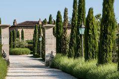 Estehotel nasceu da paixão e desejo de criar e compartilhar um único lugar que fosse acolhedor, e onde a natureza se encontra com o luxo. A localização, na Toscana foi essencial para trazer uma s…