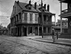 NOLA The historic French Quarter, 30 vintage photos New Orleans Homes, New Orleans Louisiana, Louisiana Gumbo, Louisiana Bayou, Old Photos, Vintage Photos, Scary Houses, New Orleans History, Louisiana History