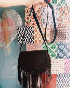 Bolsa franjada leve e prática 🌵🍂 #lojaamei #bolsa #franjada #decolo #ombro #marrom #hippie #franja
