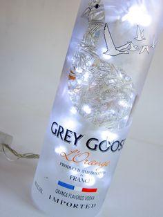 Luminária Garrafa -GREY GOOSE  100 lampadas de LED brancas -  Garrafa incolor  127W  Funciona ligado a uma tomada.(127 W)