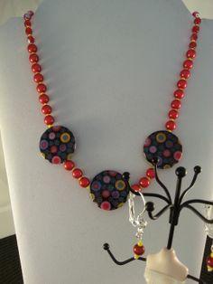 délicieux et pétillant voici ce collier rouge éclatant très gai avec ses trois palets en nacre peinte, par : Parure par creationsannaprague