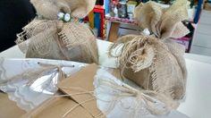 Pacotes de presentes feitos com juta. Atelie Teen