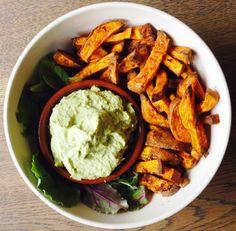 Heb jij in het weekend ook zo'n trek in frietjes? Ga dan voor deze gezonde variant van zoete aardappel met heerlijke avocado humus dip...