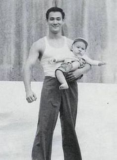 Rare and unseen photograph Bruce lee and his son Brandon Lee Bruce Lee with his wife Linda and son Brandon Unseen photograph . Brandon Lee, Bruce Lee Frases, Bruce Lee Quotes, Kung Fu, Bruce Lee Family, Bruce Lee Martial Arts, Family Photos With Baby, Jeet Kune Do, I Love Cinema