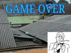 Koniec gry w piłce nożnej • To uczucie kiedy piłka wyląduje na dachu • Każdemu przydarzył się taki psikus • Zobacz wesołe zdjęcie >> #football #soccer #sports #pilkanozna #funny