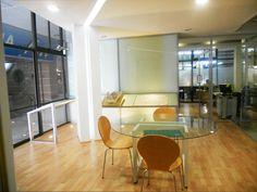 Oficina Inmobiliaria >> Al frente del local se situó el área de ventas y diseñamos un mueble para colocar los displays de venta de los departamentos que oferta la inmobiliaria. Utilizamos una barra de cristal para colocar maquetas de los desarrollos inmobiliarios, con iluminación inferior.