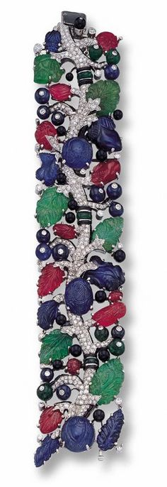A RARE AND IMPORTANT CARVED COLORED STONE AND DIAMOND BRACELET, CARTIER, PARIS, CIRCA 1930 - Photo c/o Sotheby's