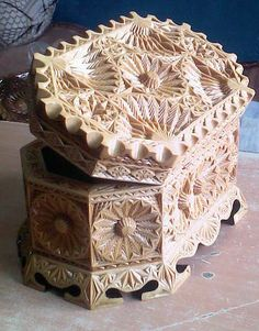 Wood Carving Patterns, Wood Carving Art, Carving Designs, Wood Patterns, Carving Tools, Wood Crafts, Diy And Crafts, Arts And Crafts, Chip Carving