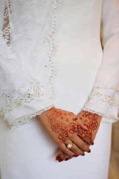 Henna drawn on brides hand. Usually in Malay culture it only be put at the bride fingertips but nowadays with the blend of local Indian culture, the henna has become art on Malay weddings :) Wedding Wishlist, Flower Henna, Malay Wedding, Muslim Brides, Modest Wedding, Wedding Outfits, Simple Henna, Wedding Goals, Wedding Things