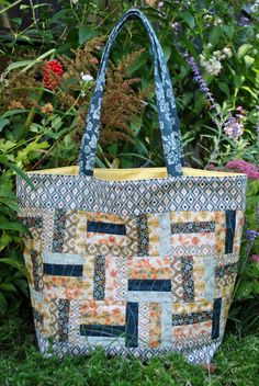 Do you have a bunch of charm packs at home and need a fun pattern to go with them? This bag pattern only requires one charm pack and one additional fabric to ma Quilted Tote Bags, Patchwork Bags, Reusable Tote Bags, Crazy Patchwork, Bag Pattern Free, Tote Pattern, Quilted Purse Patterns, Patchwork Patterns, Bag Patterns