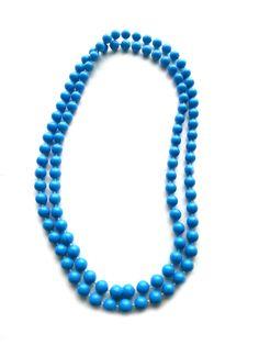RHK1013 - Halskette Modische Halskette 75 cm geschlossen ohne Verschlussteil blau große Kunststoffperlen keine Handarbeit Original-Schmuck 60-ziger Jahre.