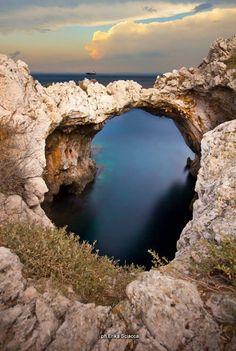 Arco sulla grotta degli innamorati, vecchia tonnara di Santa Panagia, Siracusa Sicilia