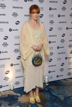 Florence Welch looks elegant at the Music Industry Trust Awards Estilo Florence Welch, Florence Welch Style, Cream Color Dress, Florence The Machines, Boho Girl, Lorde, Hippie Gypsy, Apparel Design, Looking For Women