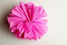 Como fazer pompom de papel crepom. Quem nunca foi a uma festa maravilhosa decorada com pompons de papel crepom? Se você ama decorações de festa coloridas, essa técnica vai surpreendê-lo. O pompom de papel crepom é muito fácil de fazer,...
