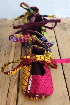Baby shoes from Diam Rek made in Senegal Africa Fashion, African Style, Wax, Baby Shoes, Creations, Arts And Crafts, Couture, Knitting, How To Make