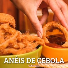 Anéis de cebola This recipe is delicious and very practical. You can still serve with the sauce you prefer. Vegetarian Recipes, Cooking Recipes, Healthy Recipes, Cooking Pork, Camping Cooking, Breakfast Recipes, Dinner Recipes, Tasty, Yummy Food