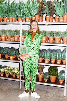 Nu er vi ikke så glade for kaktusser i feng shui, fordi de er meget stikkende i energien, men når det så er sagt, er det her da spot on til området for familie og helbred. Grønt og planter, også i tøjet, giver træelement energi til området for familie og helbred, hvor træelementet gerne skal være rigeligt repræsenteret.