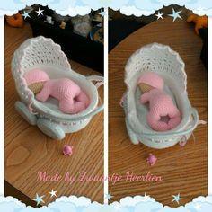 baby+in+kinderwagen. Crochet Gifts, Cute Crochet, Crochet Toys, Crochet Dolls Free Patterns, Knitting Patterns, Small Baby Dolls, Newborn Crochet, Crochet Animals, Doll Accessories