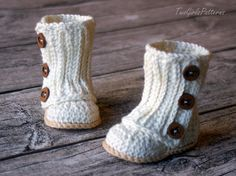 Get The Pattern Here: Baby Wrap Boots Crochet pattern Crochet Boots, Crochet Baby Booties, Crochet Slippers, Baby Patterns, Knitting Patterns, Crochet Patterns, Crochet Crafts, Crochet Projects, Diy Crochet