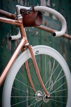 Great details on this fixie. And the copper colour is awesome! Velo Vintage, Vintage Bicycles, Vintage Style, Fixi Bike, Bicycle Bag, Bici Fixed, Velo Design, Bicycle Design, Copper Frame
