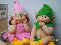 Linda parejita de muñecos duendes en tela, con patrones incluidos.