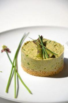 CHEESECAKE VEGAN AUX ASPERGES  ▴ Pour le biscuit ▴ - 100 g. de farine de blé blanche (T65) - 3 c. à s. + 3 c. à s. d'huile d'olive - 4 c. à s. d'eau - 1 c. à s. d'herbes de Provence - 1 pincée de sel gris de mer - 1 pincée de bicarbonate de soude alimentaire  ▴ Pour le cheesecake ▴ - Une botte d'asperges vertes (environ 20) - 150 g. de tofu ferme nature (avec son eau) - 5-6 brins de ciboulette fraîche - 2 c. à s. d'eau - 1 gousse d'ail - 2 g. d'agar-agar - Sel gris de mer - Poivre du moulin