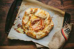 Mantequilla de nueces, manzana y queso brie en hojaldre