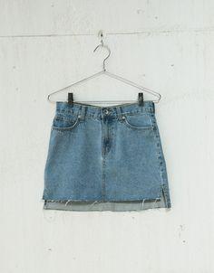 Falda tejana bajo asimétrico. Descubre ésta y muchas otras prendas en Bershka con nuevos productos cada semana