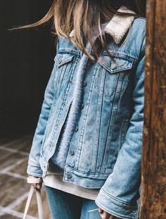 Entre col en shearling et volume un brin ample, la version hivernale de la veste en jean a tout pour plaire !