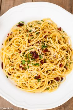Spaghetti alla Siciliana (spaghetti with sun-dried tomatoes, garlic and parsley) #italian #pasta #spaghetti