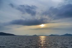 23  Aug. 18:02 うす日さす夕暮れの博多湾です。 ( Cloudy Evening Now at Hakata bay in Japan )