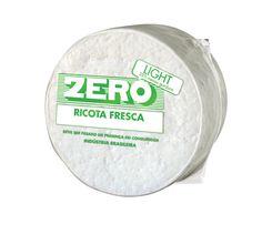 Ricota fresca Zero De origem italiana, a ricota é um queijo de massa mole, fresco e baixo teor de gordura. Sua produção, ao contrário da maioria dos queijos, é feita a partir do soro de queijo e não do leite. Isso lhe confere um alto teor de soro-proteínas, que são em geral, mais nutritivas que as proteínas dos queijos normais.