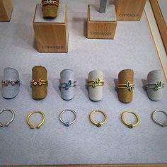 ¿Os gusta la idea de combinar varios anillos e incluso mezclar acabados y color del metal? Do you like stacking several rings? Mixing even different metal colors and textures? stackingrings  www.coderque.com  #MissKarat #CoderqueJewels