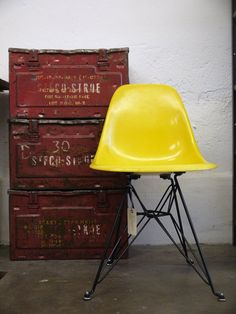 Great yellow chair - Amsterdam next - A personal city guide Industrial House, Industrial Interiors, Vintage Industrial, Industrial Style, Industrial Furniture, Vintage Interiors, Shop Interiors, Wooden Swing Chair, Le Logis