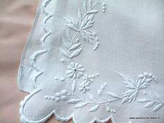 Articles vendus > Linge ancien de bébé > LINGE ANCIEN/Merveilleux drap de bébé brodé main sur toile de fil de lin - Passion de Blanc - Brode...
