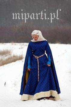 Wonderful ensemble of cotte and surcotte, very authentic. I especially like the … Wonderful ensemble of cotte and surcotte, very. Renaissance Costume, Medieval Costume, Renaissance Fashion, Medieval Gown, Medieval Clothing, Historical Costume, Historical Clothing, Moda Vintage, Period Outfit