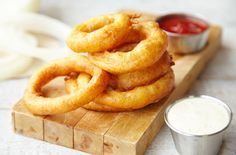 Fry or bake tasty homemade onion rings for your next lunch or summer grill out. Homemade Onion Rings, Baked Onion Rings, Onion Rings Recipe, Churros, Appetizer Recipes, Appetizers, Baked Onions, Barbecue, Tasty
