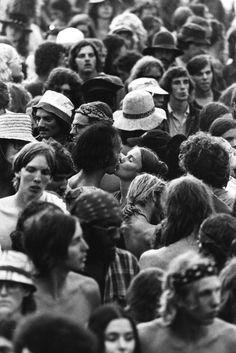Jean-Pierre Laffont, Tumultueuse Amérique à la Maison européenne de la photographie. Watkins Glen, juillet 1973, baiser dans la foule. © Jean-Pierre Laffont, 2015. Exposition à la Maison Européenne de la Photographie.